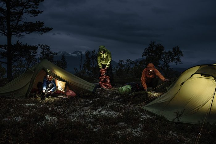 Personer som sätter upp tält med Silva pannlampa