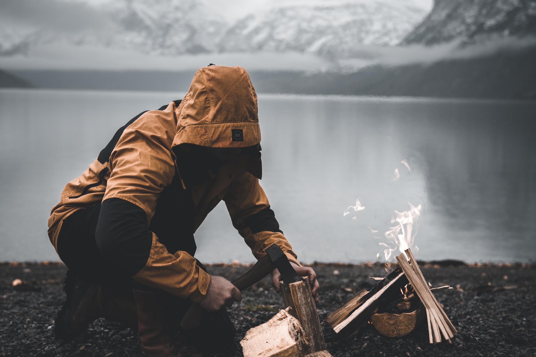 Person gör eld med Lundhags jacka