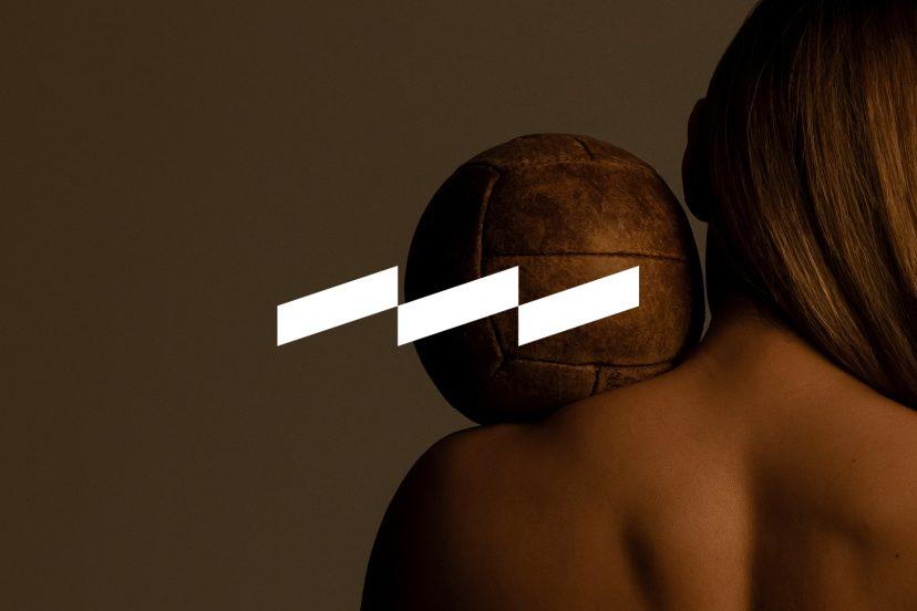 Kvinna med medicinboll på axeln med Speed Center logo